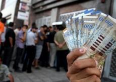 وزير الاقتصاد ينفي تحديد موعد صرف الرواتب الأربعاء