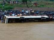 مصرع 24 شخصا جراء سقوط حافلة في نهر بالهند